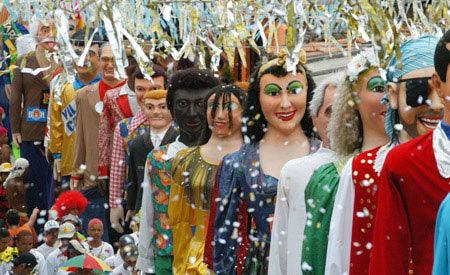 O desfile dos Bonecos de Olinda durante o carnaval.